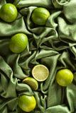 小组在绿色缎的整个和裁减新鲜的石灰 库存照片