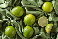 小组在绿色缎的整个和裁减新鲜的石灰 免版税库存图片
