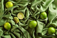 小组在绿色缎的整个和裁减新鲜的石灰 库存图片