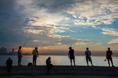 小组在Malecon的朋友渔,在哈瓦那,古巴 免版税库存图片