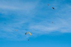 小组在sk的滑翔伞 库存图片