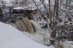 小水坝在冬天 免版税库存图片