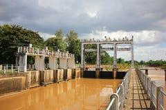 小水坝在砰河 对水的增量水平对运河fo的 免版税图库摄影