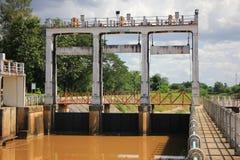 小水坝在砰河 对水的增量水平对运河fo的 库存照片