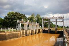 小水坝在砰河 对水的增量水平对运河fo的 免版税库存图片