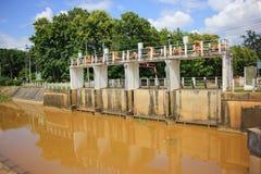 小水坝在砰河 对水的增量水平对运河fo的 库存图片