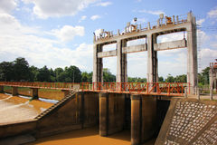 小水坝在砰河 对水的增量水平对运河fo的 免版税库存照片