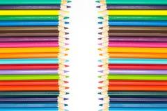 小组多在多个木颜色白色backgroundGroup的颜色木铅笔在白色背景书写 免版税库存照片