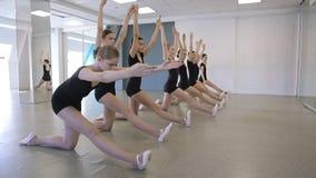 小组女孩在舞蹈学校做舒展锻炼 股票视频