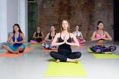 小组女孩实践瑜伽 库存照片