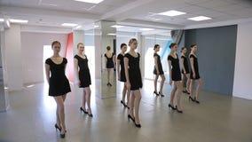 小组女孩火车在教室排成纵列前进在模范学校 影视素材