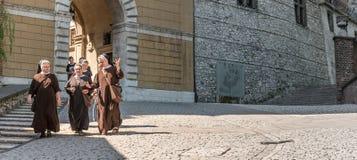 小组女性修士,走的街市克拉科夫 库存照片