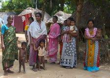 小组妇女和婴孩村庄设置的 库存照片