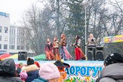 小组妇女在莫斯科唱在Maslenitsa,人们的一首歌曲享受音乐会 图库摄影