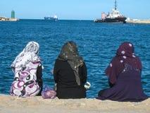 变冷在港口的妇女。 Sousse。 突尼斯 库存照片