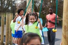 小组学校体育类的孩子 免版税库存图片