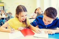 小组学校在教室哄骗文字测试 免版税库存照片