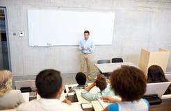小组学生和老师演讲的 免版税库存图片