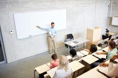 小组学生和老师演讲的 免版税图库摄影
