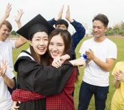 年轻小组学生在学校庆祝毕业 免版税图库摄影