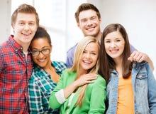 小组学生在学校 免版税库存图片