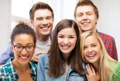 小组学生在学校 库存图片