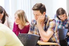 小组学生在教室 免版税库存图片