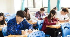 小组年轻学生在教室 库存照片