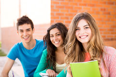 小组学生在校园里 免版税库存照片