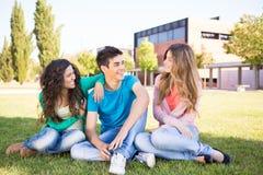 小组学生在校园里 免版税库存图片