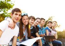 小组学生或少年有户外笔记本的 图库摄影