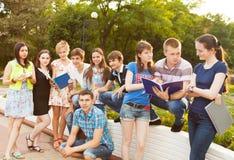 小组学生或少年有户外笔记本的 库存照片