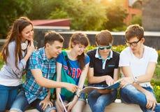小组学生或少年有户外笔记本的 免版税图库摄影