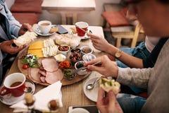 小组学生饮用食物在学院军用餐具 免版税库存图片
