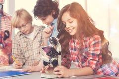 小组学生,当在实验室时 库存照片