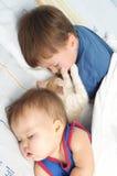 小婴孩、一起睡觉男孩和的小猫 库存照片