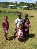 小组孩子在传统斐济村庄 免版税图库摄影