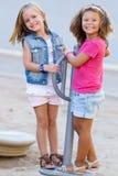 小组孩子的获得乐趣在公园 库存图片