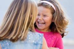 小组孩子的获得乐趣在公园 库存照片