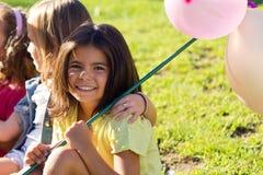 小组孩子的获得乐趣在公园 免版税库存照片