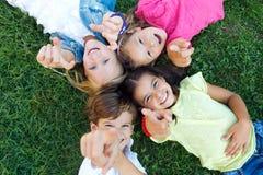 小组孩子的获得乐趣在公园 免版税图库摄影