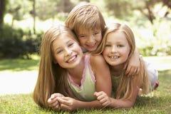 小组孩子获得乐趣在公园 免版税库存图片