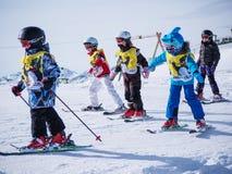 小组孩子滑雪 滑雪胜地在奥地利, 2015年2月22日的Zams 免版税图库摄影