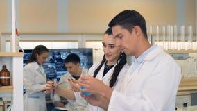 小组实验室科学家谈论他们的研究在实验室 股票视频