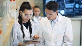 小组实验室科学家谈论他们的研究在实验室 影视素材