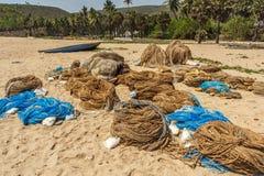 小组宽看法在烘干的海滩沙子安置的捕鱼网, Kailashgiri,维沙卡帕特南,安得拉邦, 2017年3月05日 免版税库存照片