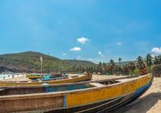 小组宽看法渔船在与人和峭壁在背景中,维沙卡帕特南, 2017年3月05日的海滨单独停放了 免版税图库摄影