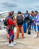 小组对skydive的跳伞运动员prepaire 免版税库存照片