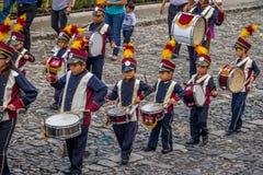 小组小在制服的儿童游行乐队-安提瓜岛,危地马拉 图库摄影