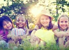 小组小女孩微笑的公园概念 免版税库存图片